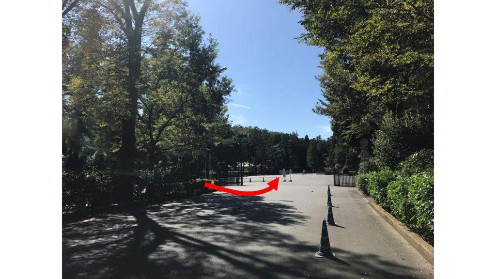 武蔵陵墓地正門到着