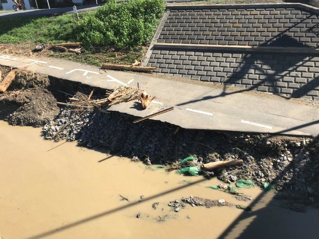 浅川橋サイクリングロード崩落2